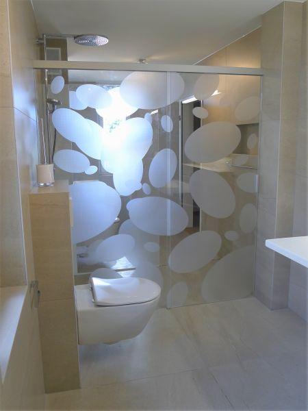Im Hintergrund Ist Eine Einfache Duschtrennwand Aus Denselben Eigenschaften  Mit Einer Teilbeschichtung Zu Erke.