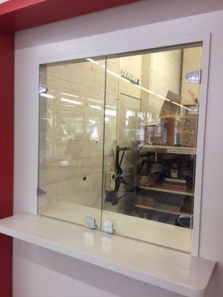 glasfinder innenanwendungen empfang schalteranlagen keller glas. Black Bedroom Furniture Sets. Home Design Ideas